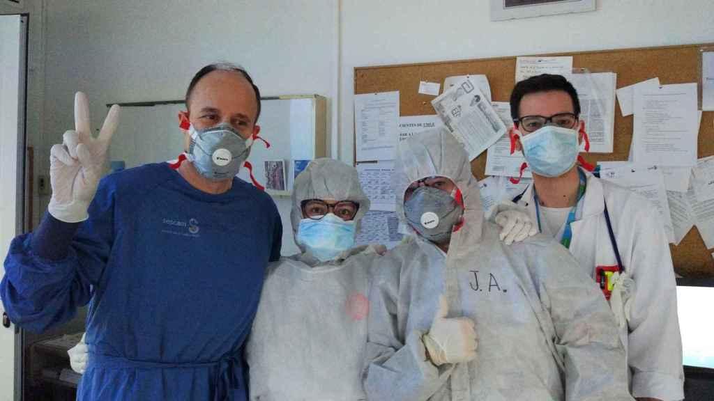 Tomás Segura (de azul, a la izquierda), junto a su equipo en neurología en el Hospital de Albacete.