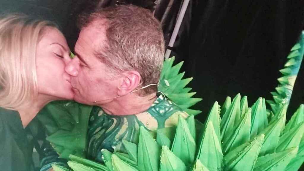 Toni Cantó besa a Lorena, su pareja, vestido de camaleón. EE