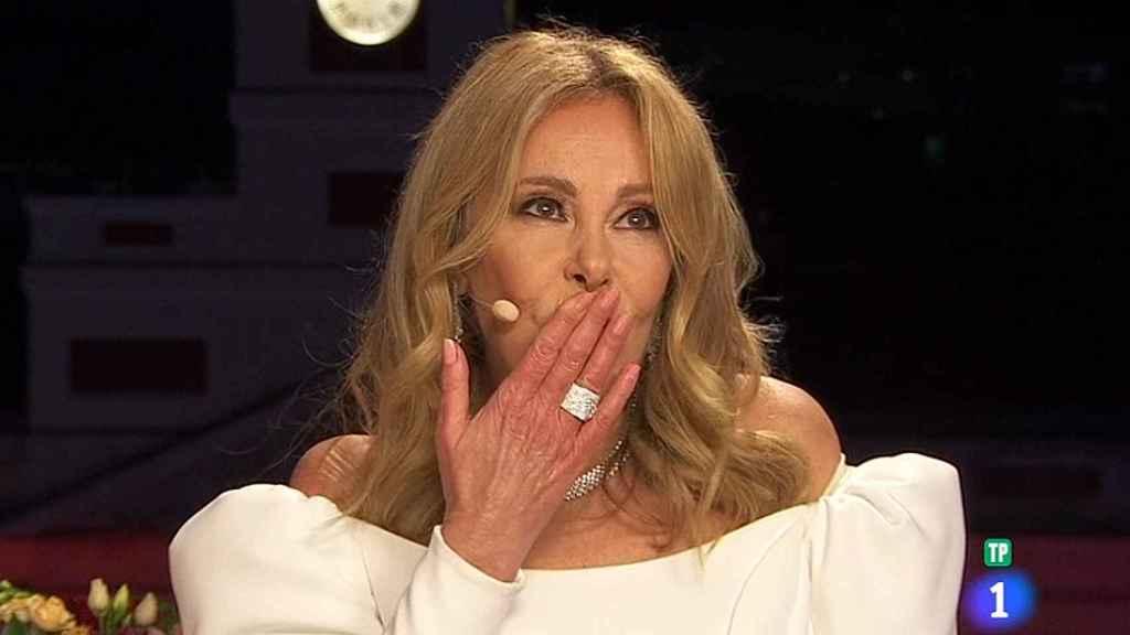 Ana Obregón lanzándose un beso en recuerdo de su hijo, Álex Lequio.