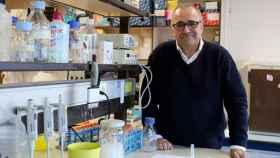Ignacio López Goñi, en el laboratorio donde trabaja.