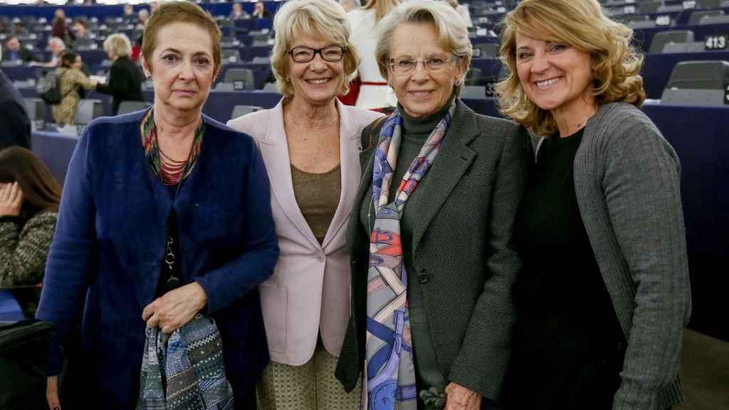 Rosa Estaràs, primera por la derecha, junto a otras eurodiputadas en el Parlamento Europeo.