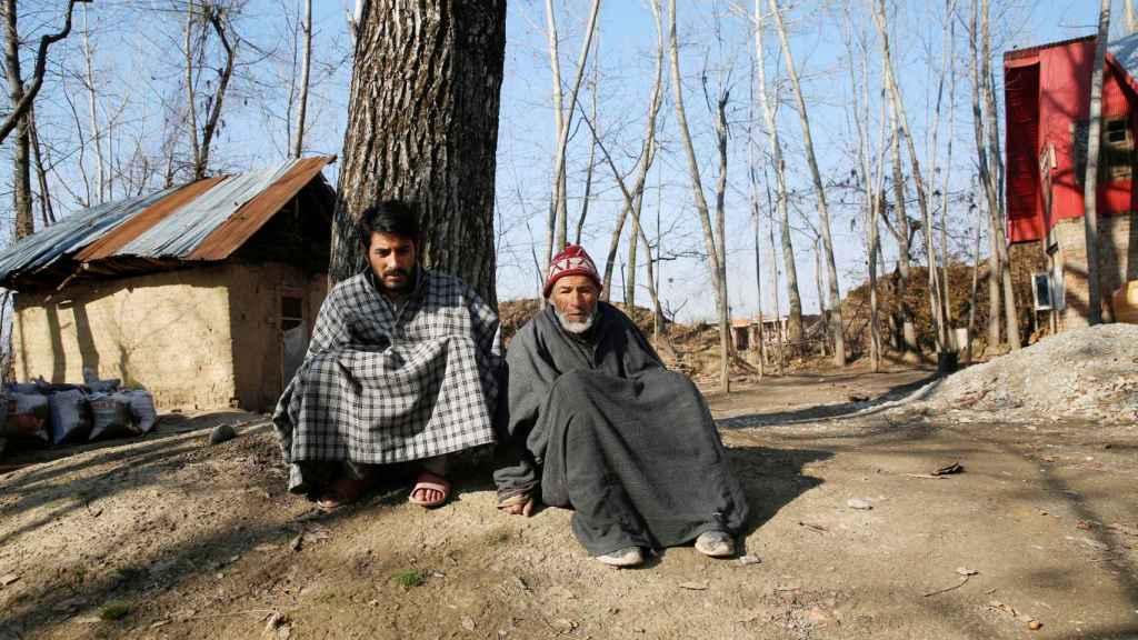 Sabzar Khan junto a su padre discapacitado.
