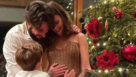 Jessica Bueno junto a sus dos hijos y su marido en una imagen de Instagram.