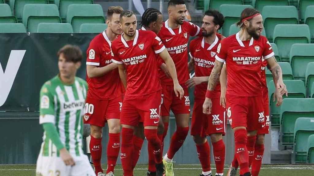 Los jugadores del Sevilla celebran el gol de Suso ante el Betis en el derbi