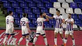 Los jugadores del Valladolid celebran el gol de Weismann al Getafe en La Liga