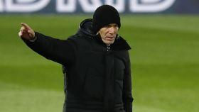 Zidane da órdenes a los jugadores del Real Madrid desde la banda del Di Stéfano
