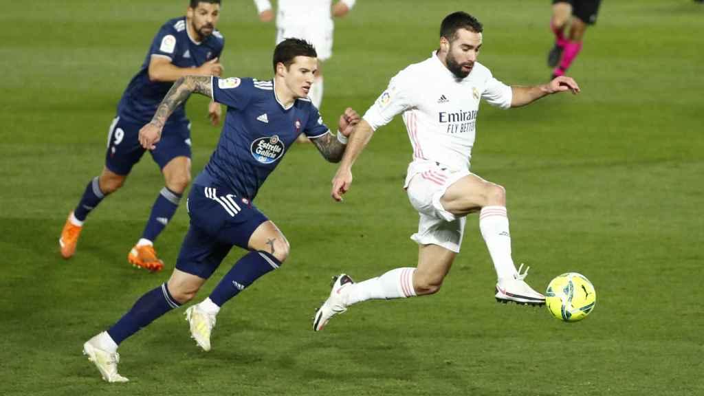 Contragolpe de Dani Carvajal perseguido por dos jugadores del Celta de Vigo