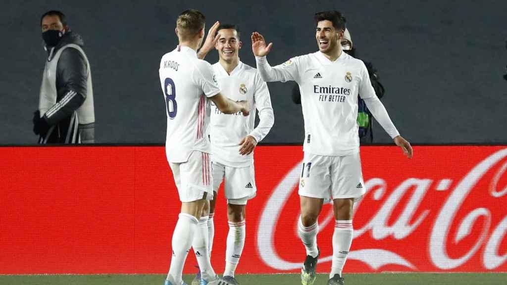 Lucas Vázquez y Kroos felicitan a Marco Asensio por su gol al Celta de Vigo