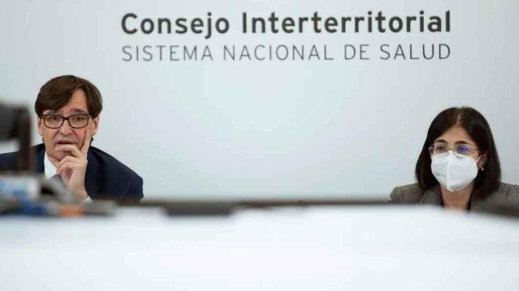 La actual ministra de Sanidad, Carolina Darias, junto a su predecesor, Salvador Illa, en un Consejo Interterritorial de Salud.