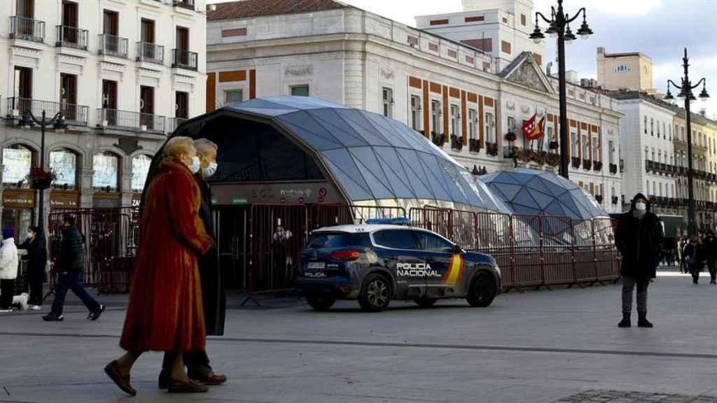 Varias personas pasean en la Puerta del Sol.