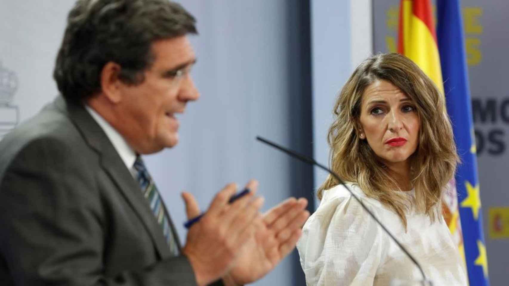 José Luis Escrivá, ministro de Seguridad Social, y Yolanda Díaz, ministra de Trabajo, en Moncloa.