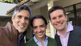 Adrián García-Aranyos (Endeavor), primero por la izquierda, junto con Antonio Iglesias (Endeavor España) y Sergio Furio (fundador de Creditas Brasil).