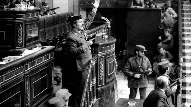 El teniente coronel Tejero irrumpe en el Congreso de los Diputados durante la investidura de Calvo Sotelo.