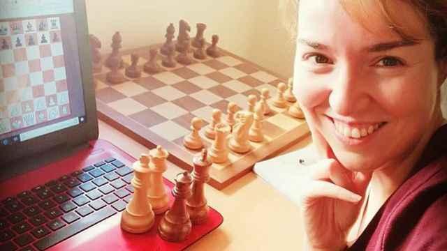 Sabrina Vega, ante un ordenador.