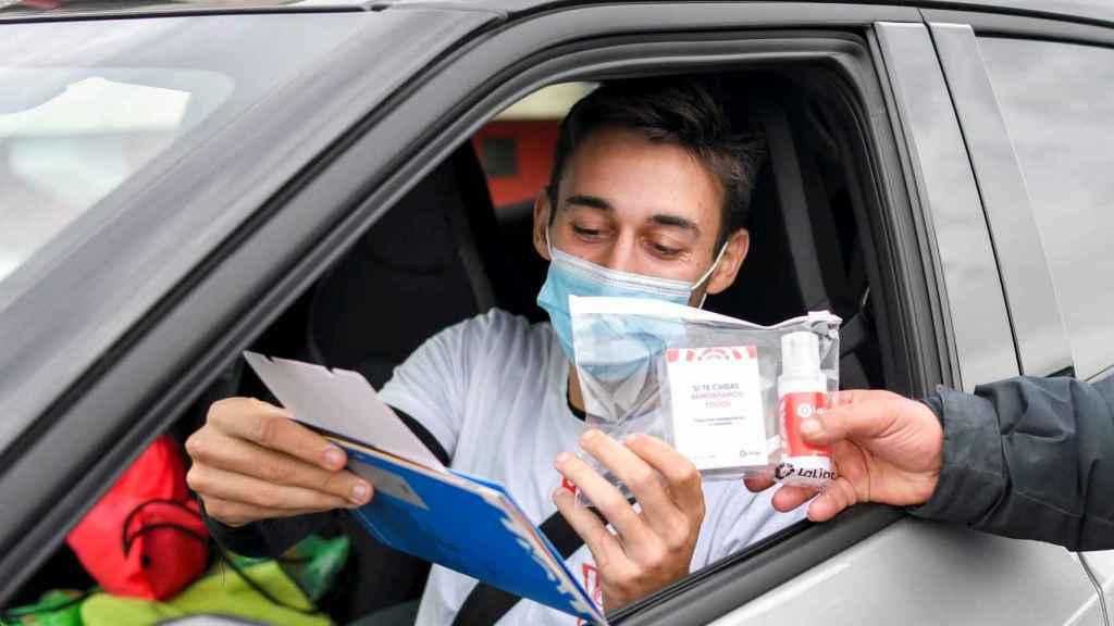 Un jugador del Sporting de Gijón recibe un kit de productos para prevenir los contagios antes de las vacaciones. Twitter (@RealSporting)