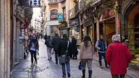 Gente por la calle en el casco histórico de Toledo. Imagen de archivo