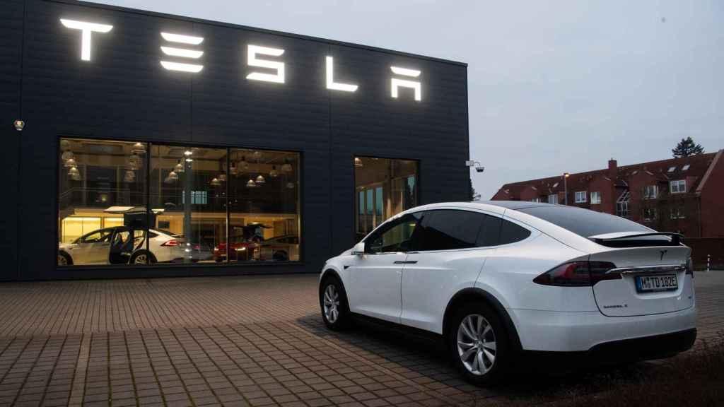 Un vehículo Tesla en uno de sus concesionarios exclusivos.