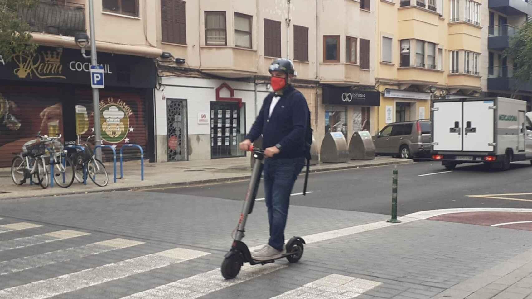 Un usuario de patinete eléctrico.