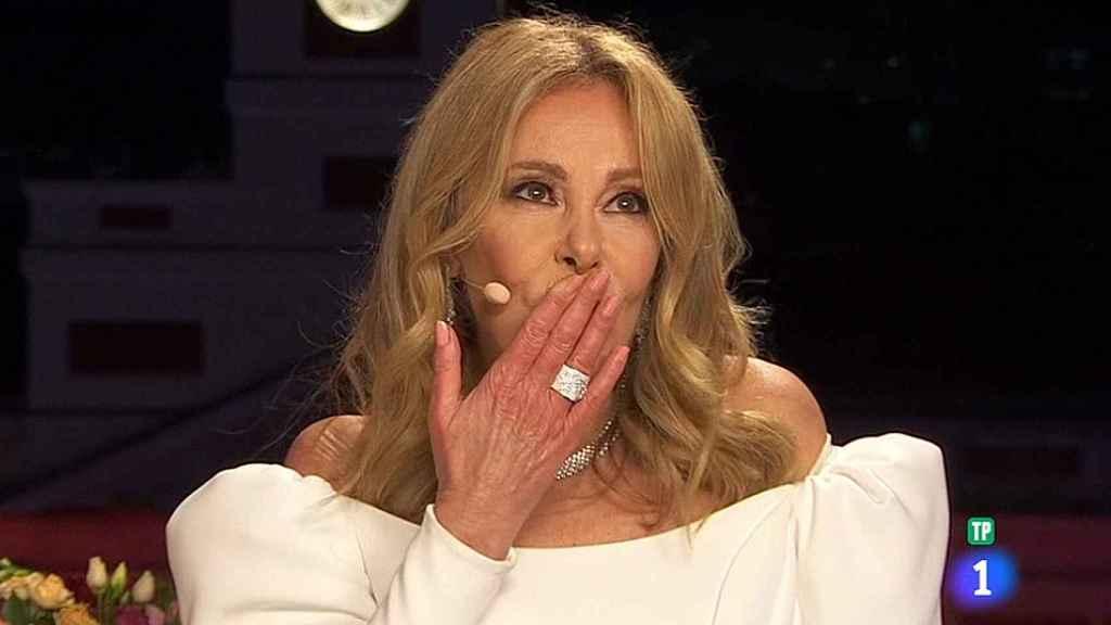 Ana Obregón mandó un beso al cielo durante las campanadas.