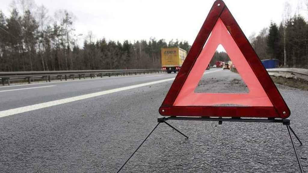 Un triángulo de emergencia, colocado en una carretera para avisar de la avería de un vehículo.