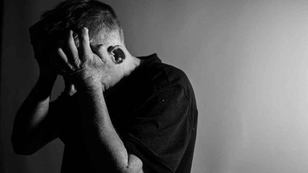 La depresión puede aparecer como consecuencia del aislamiento y el temor del enfermo.