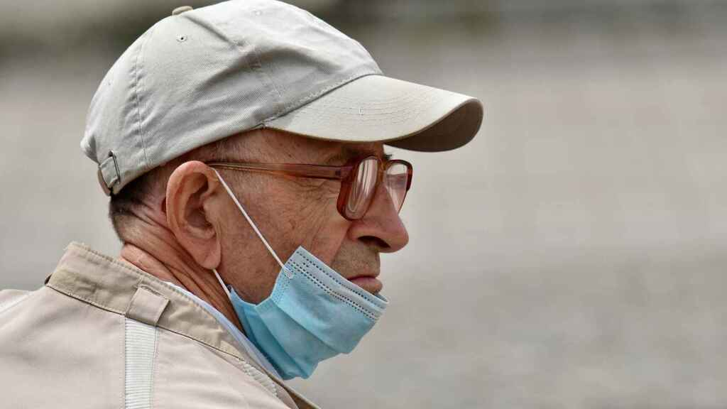 Un hombre con la mascarilla mala colocada.