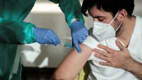 Un momento del primer acto de vacunación en el área de salud de Ibiza y Formentera, que ha tenido lugar este lunes en la residencia de Sa Serra.