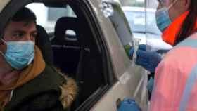 Una sanitaria realiza el test de saliva a un ciudadano durante un cribado selectivo de positivos por COVID-19 realizado en la localidad orensana de Verín.