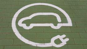 Imagen de una plaza de aparcamiento reservada a coches eléctricos.