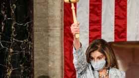 Nancy Pelosi, presidenta de la Cámara de Representantes, levanta un mazo durante la primera sesión del Congreso.