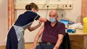 Brian Pinker, un británico de 82 años, es el primer vacunado del mundo con la vacuna de Oxford.