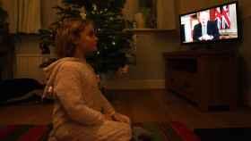 Una niña británica escucha el discurso del primer ministro del Reino Unido, Boris Johnson.
