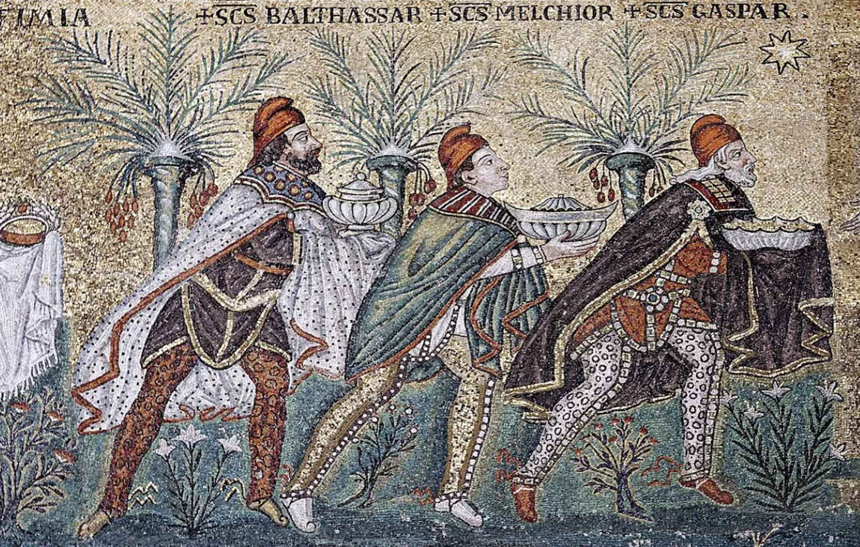 Los Reyes Magos, con gorros en lugar de coronas, en la Iglesia San Apolinar Nuovo.