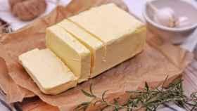 Una barra de mantequilla.