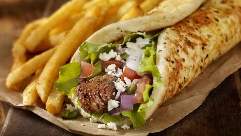 Un kebab de ternera con queso.