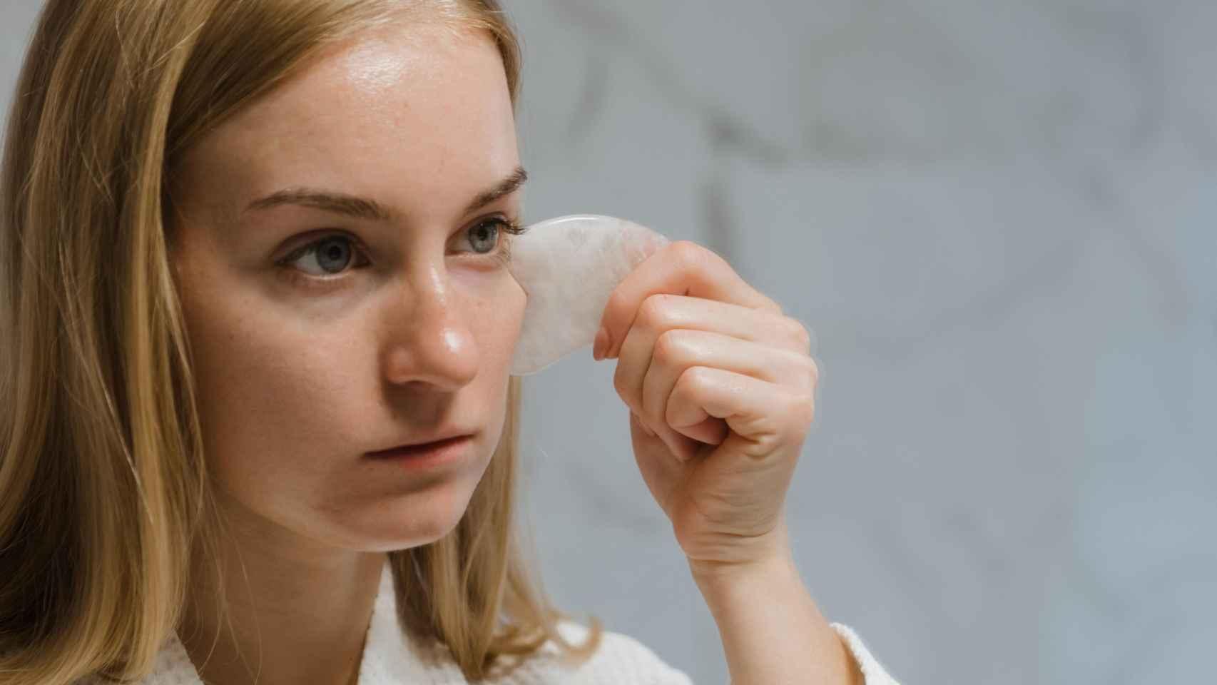 Gua Sha: así eliminarás las arrugas y la flacidez del rostro de manera rápida y eficaz.