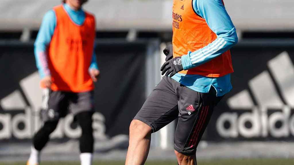 Benzema da un pase en el entrenamiento