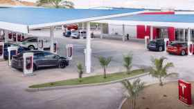 Una estación de superchargers de Tesla.