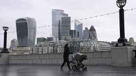 Una mujer camina por la ciudad de Londres.