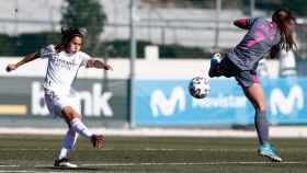 Kenti Robles poniendo un centro en un partido del Real Madrid Femenino