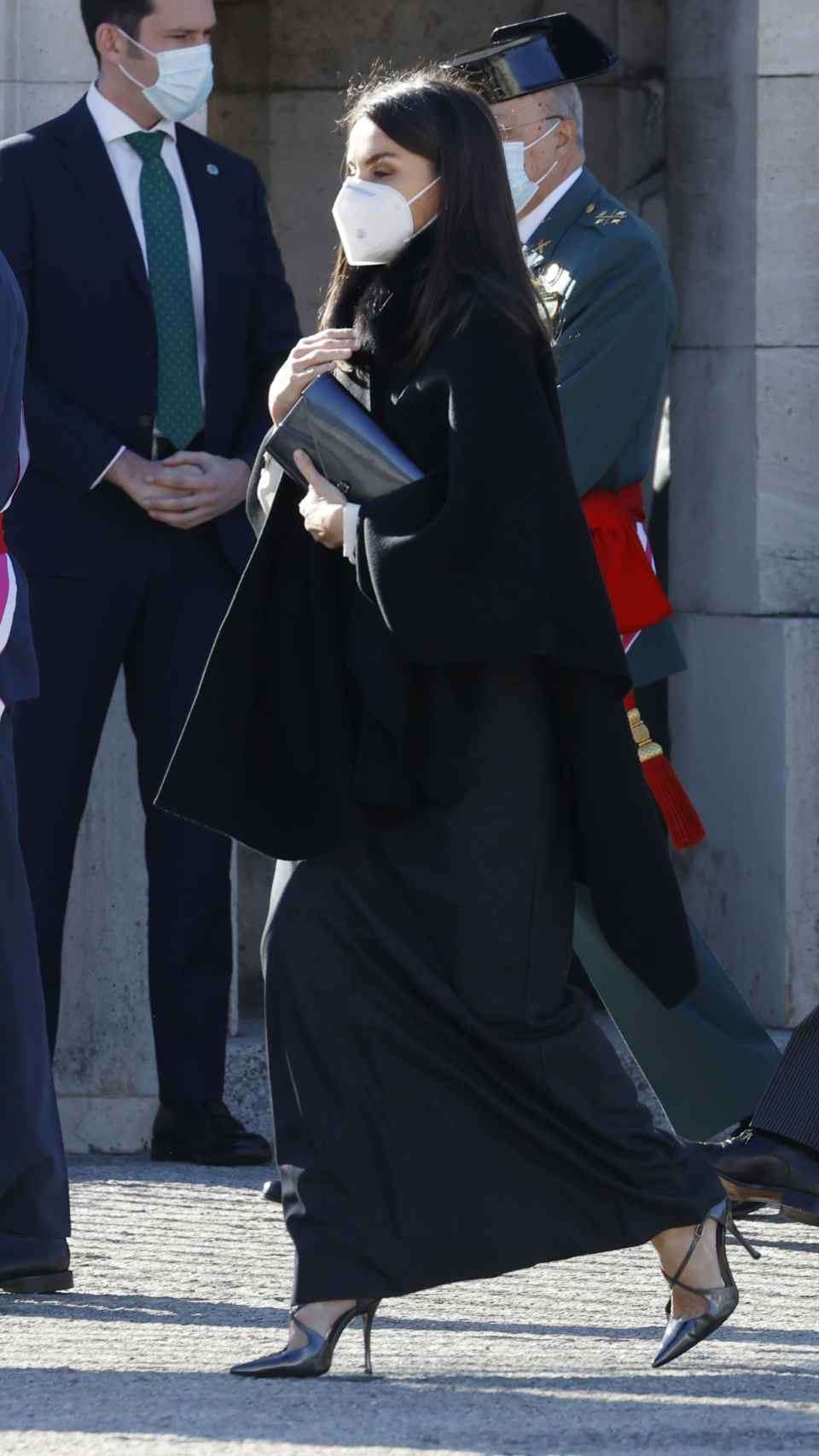 Letizia ha lucido una zapa negra de Zara para protegerse del frío en el exterior.