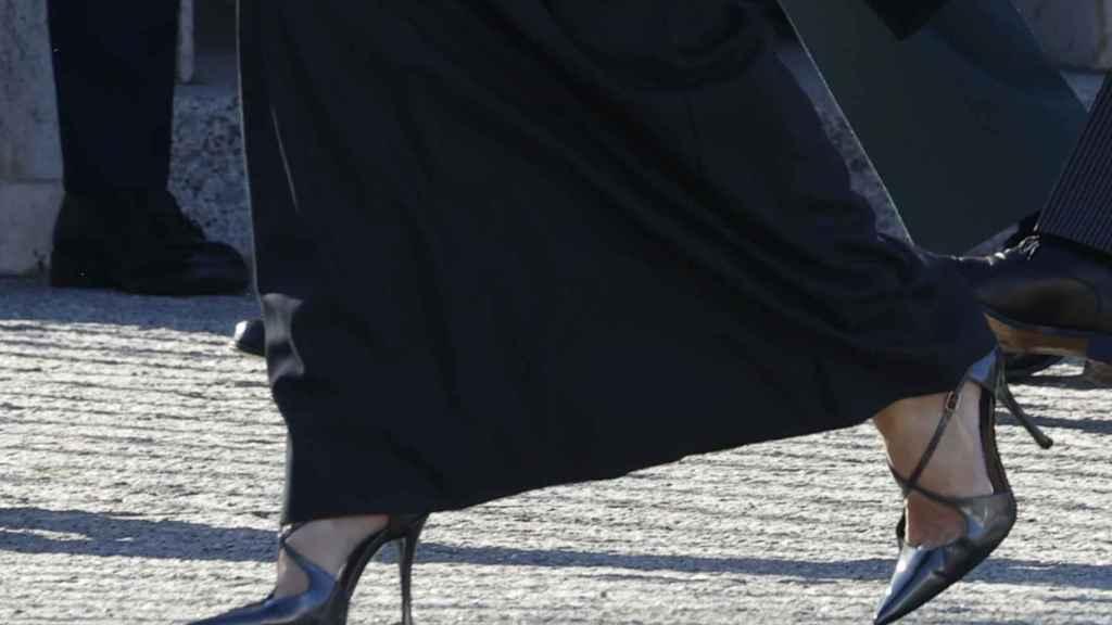 Lo mejor del 'look' de Letizia han sido sus salones en gris mármol de Magrit.