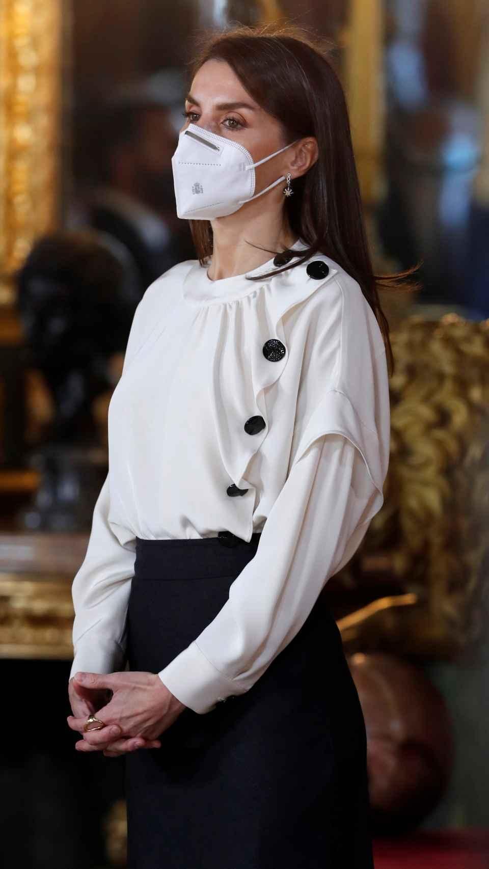 La Reina ha comenzado el año estrenando blusa.