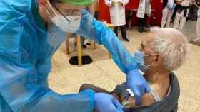 Una anciana recibe la vacuna contra la Covid-19, en Valladolid.