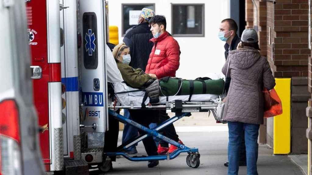 Una mujer es trasladada en ambulancia en Nueva York.