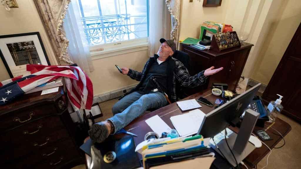 Uno de los asaltantes del Capitolio en el despacho de la presidenta de la Cámara de Representantes, Nancy Pelosi.