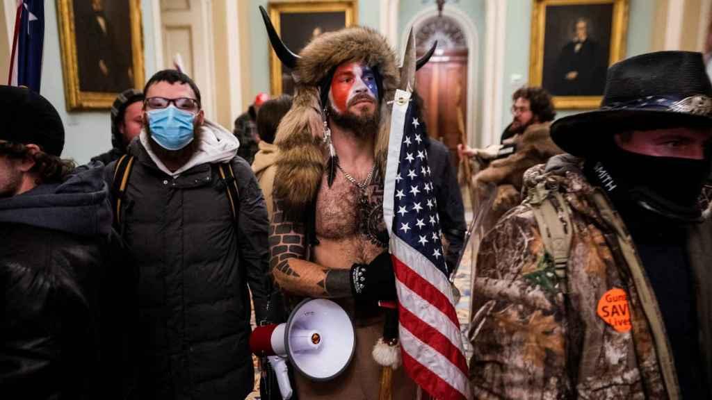 Manifestantes 'pro-Trump' en el interior del Capitolio tras el asalto. EL ESPAÑOL