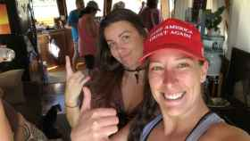 A la derecha, con gorra, Ashli Babbit, la simpatizante de Donald Trump fallecida. Twitter