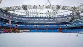 El Santiago Bernabéu, nevado, visto a ras de suelo