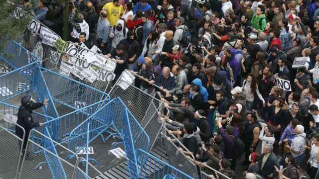Varios violentos agitan las vallas durante el Rodea el Congreso de 2012.